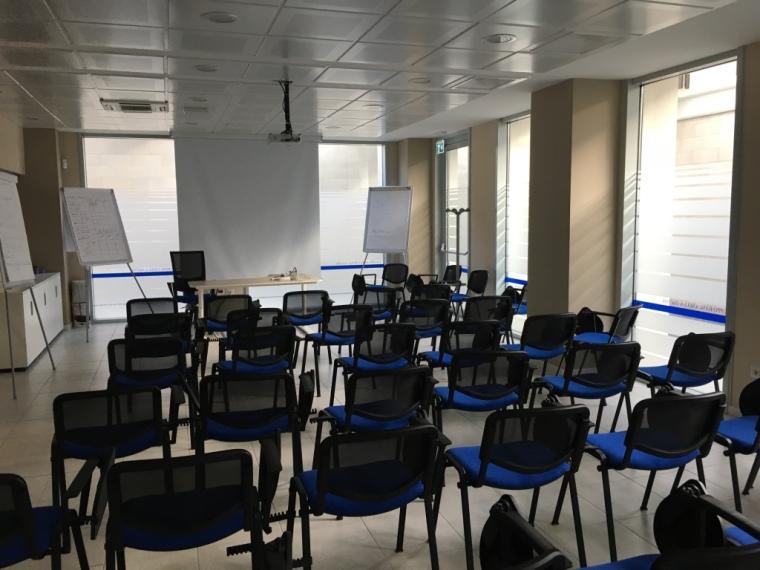 sala-riunioni-con-schermo